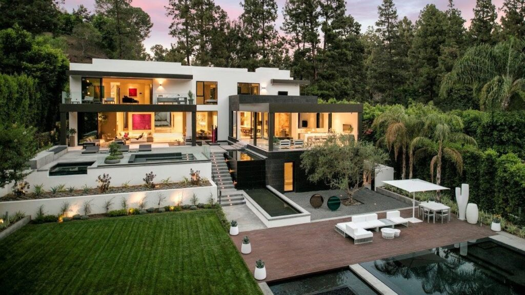 Lago Vista Drive Modern Home in Los Angeles
