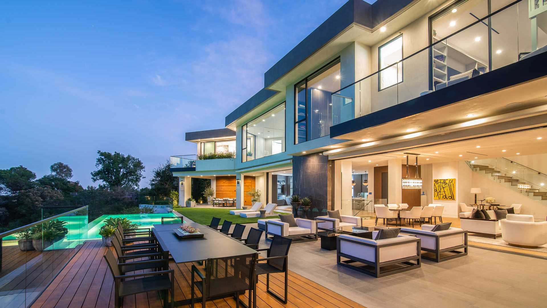 Mango Way modern home with extraordinary unobstructed views of Los Angeles