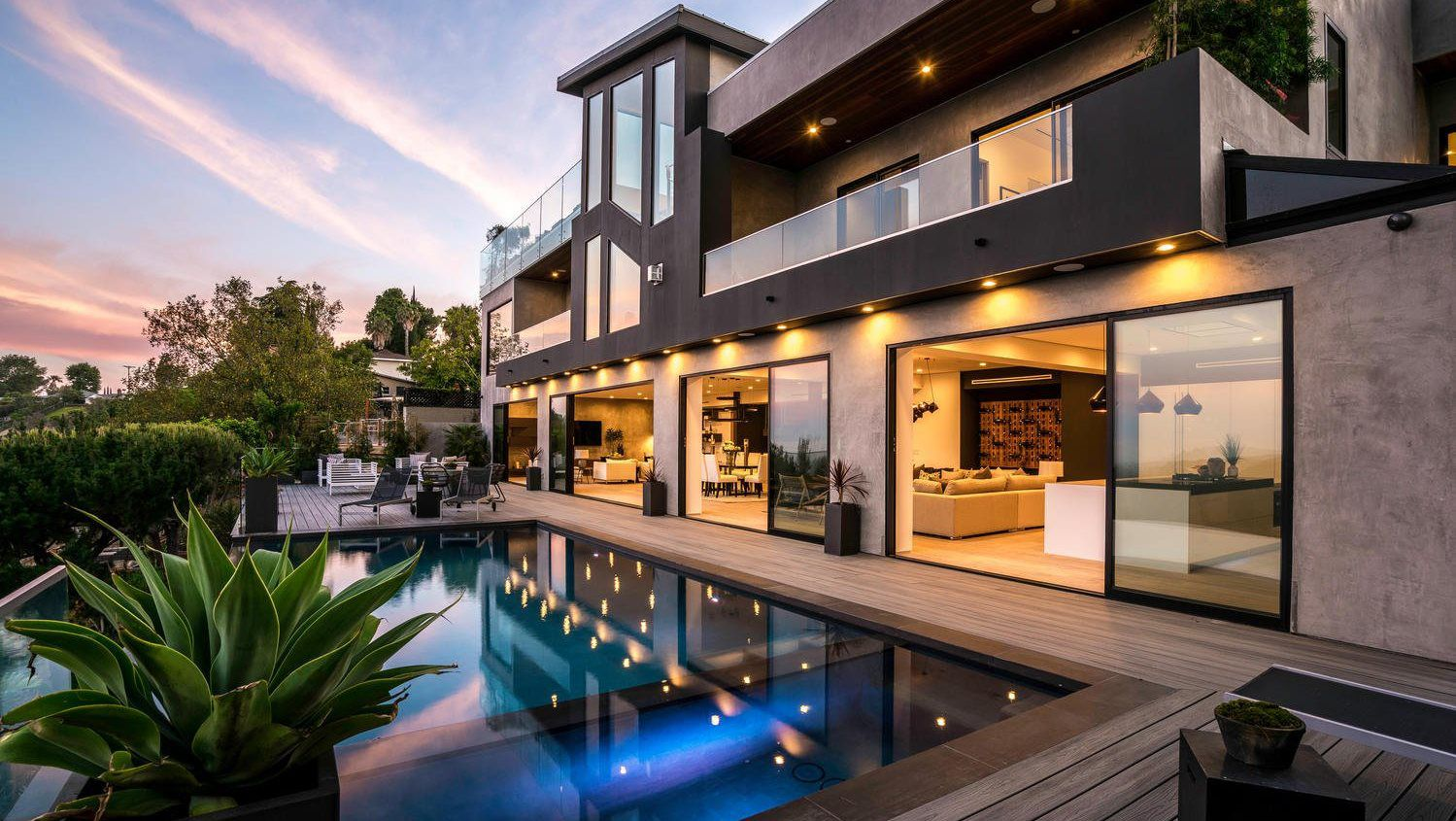 Elegant Roscomare Road Modern Home in Los Angles
