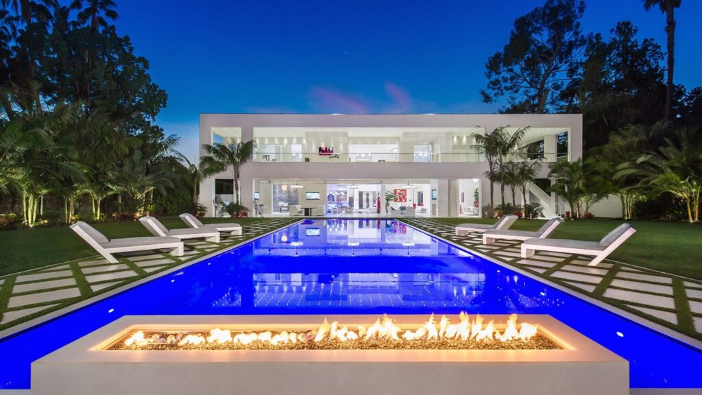 Oxford Way Modern Mansion located in one of the best places in Beverly Hills, California