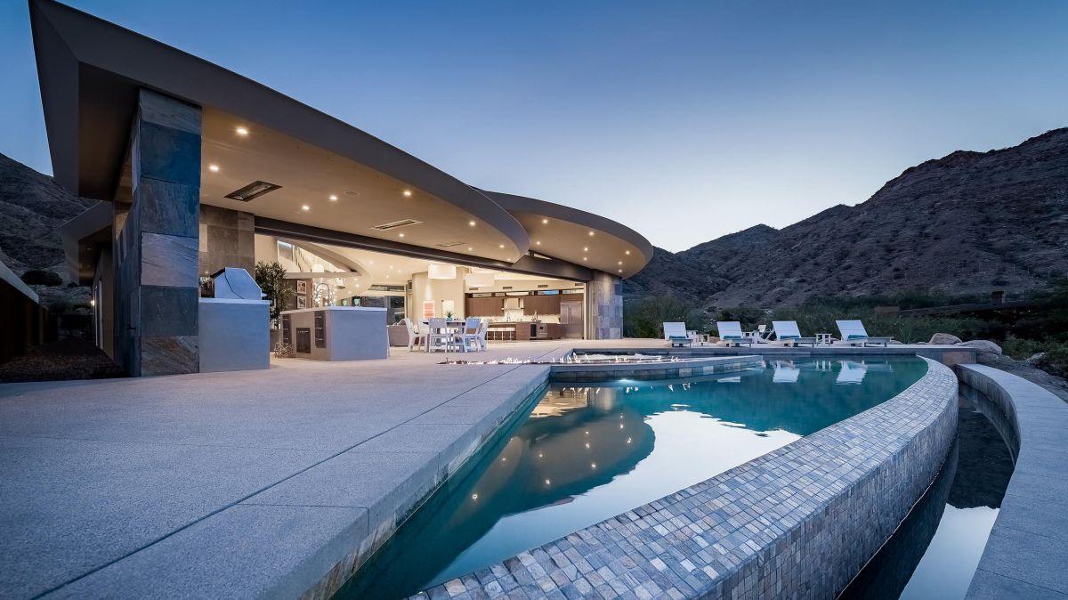 Curvilinear Desert Residence