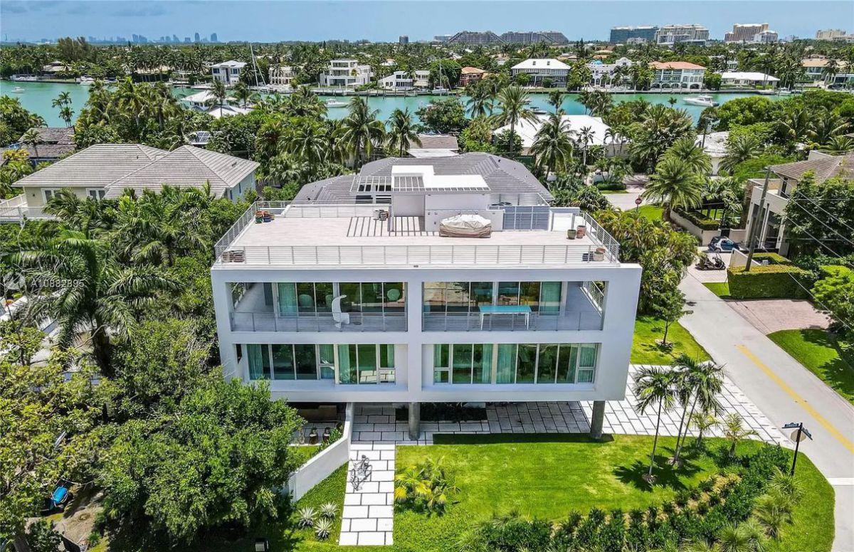 Mashta Drive Modern Home in Key Biscayne, Florida