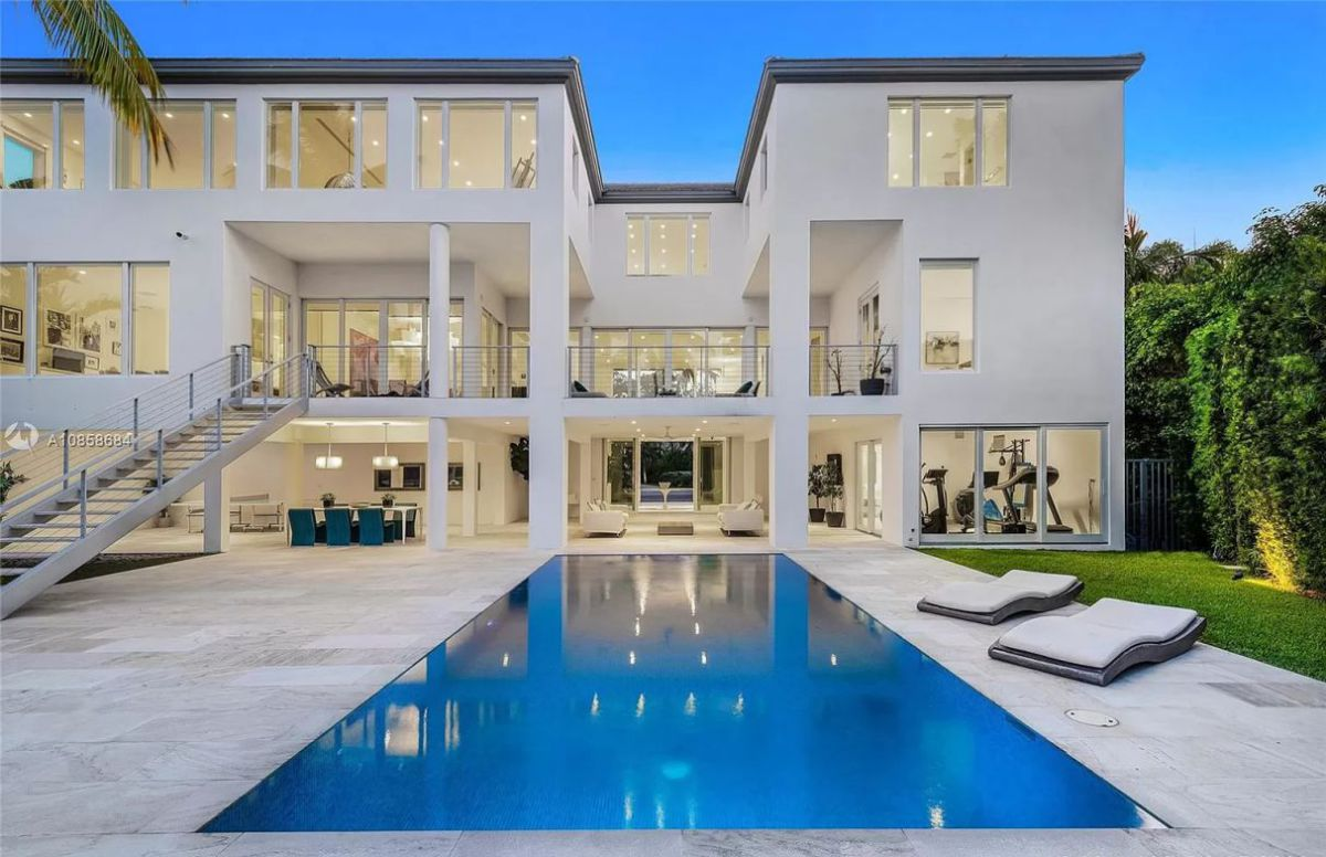 Mashta Island Waterfront Home in Key Biscayne for Sale