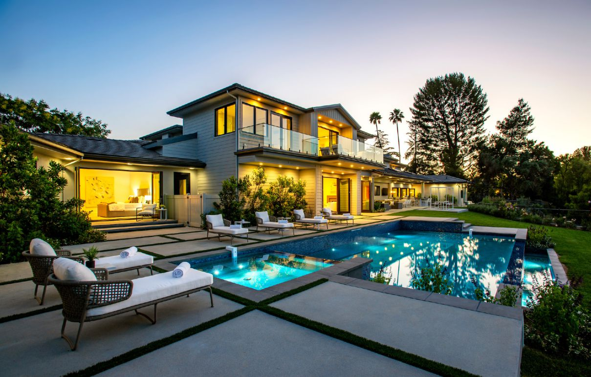 A Stunning Modern Estate in Hidden Hills on the Market