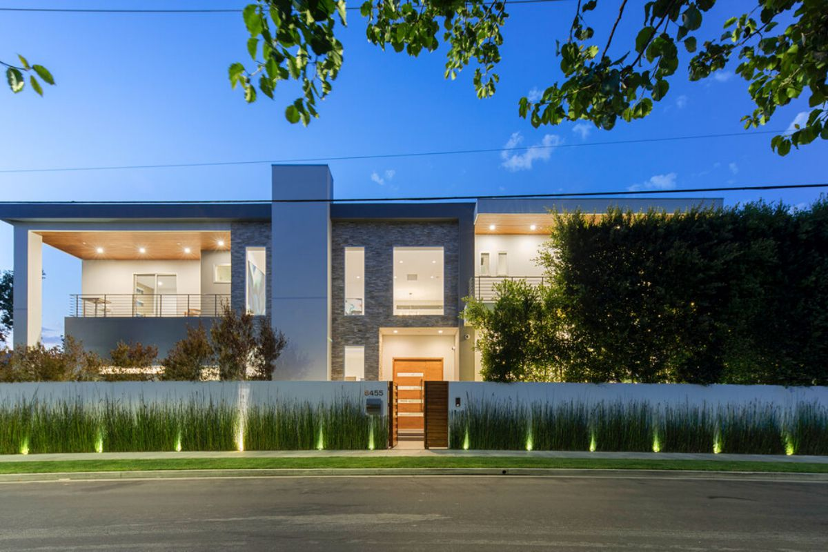 Oakwood Avenue Residence - A Home of Impeccable Design for Sale