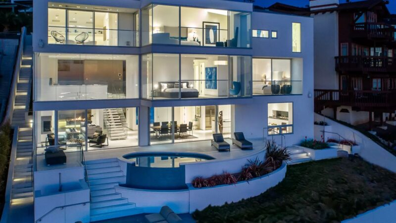 Laguna Beach House in California by Morris Skenderian & Associates