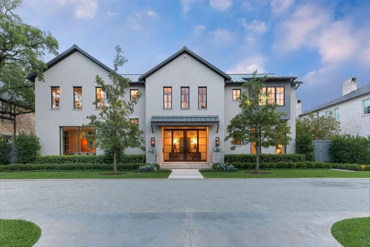 Gracious Dallas Home for Sale on An Expansive Lot