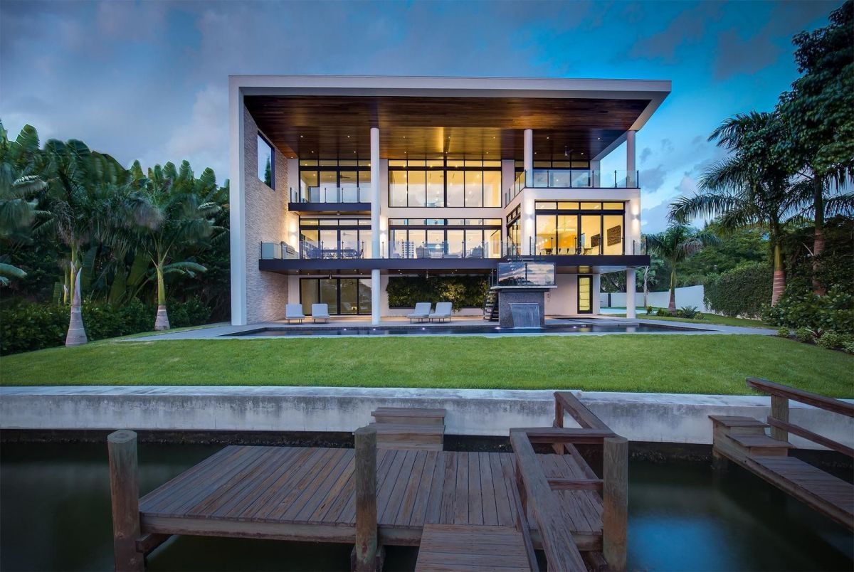 A Contemporary Waterfront Home for Sale in Sarasota