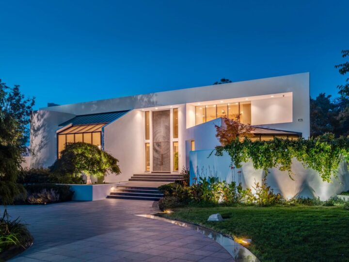 A Waterview Contemporary Home in New York for Sale