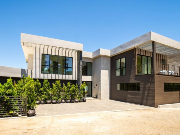 A Breathtaking Views Modern Home in Beverly Hills Selling for $4,995,000