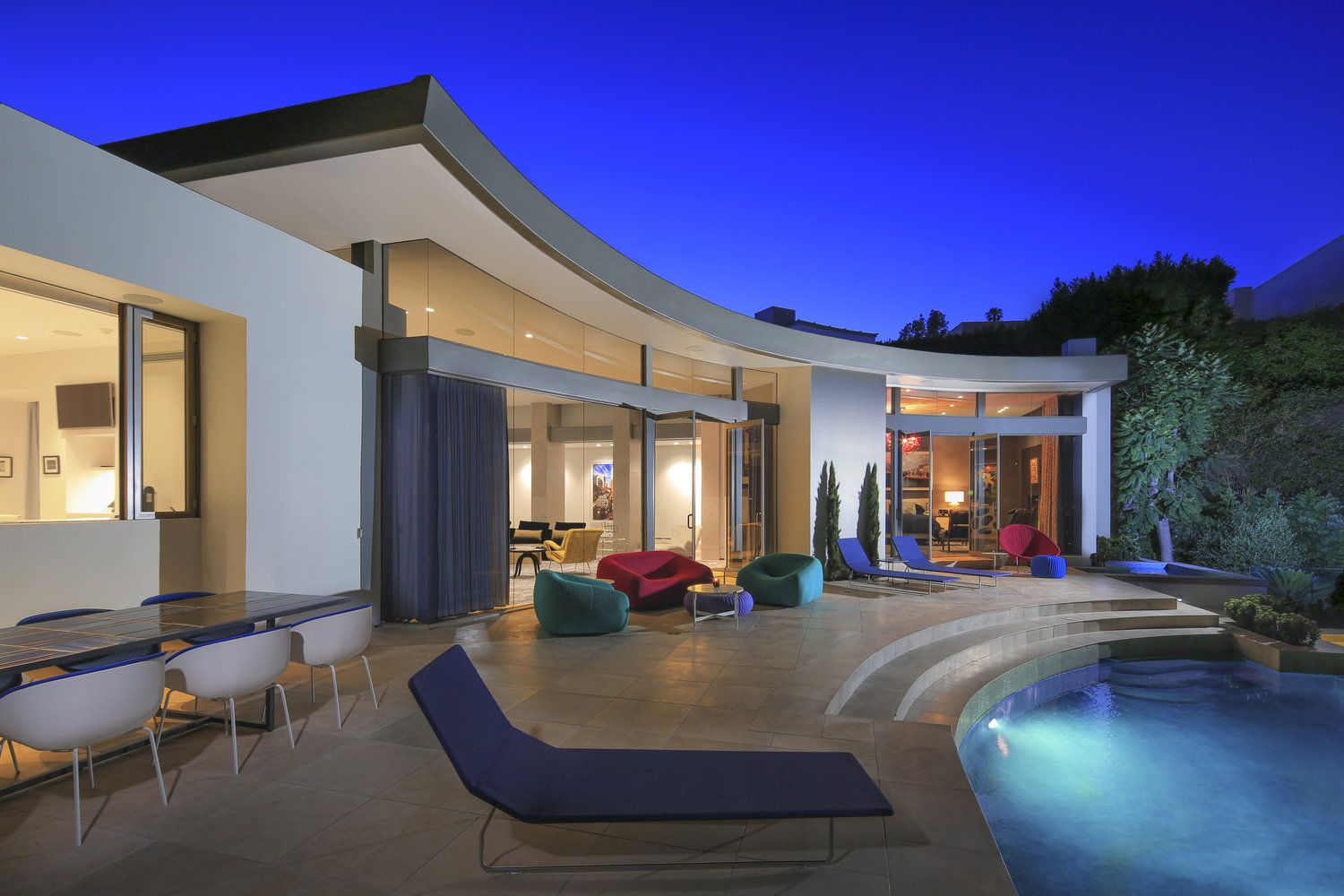 Timeless Architecture in Los Angeles Has Serene Private Courtyard