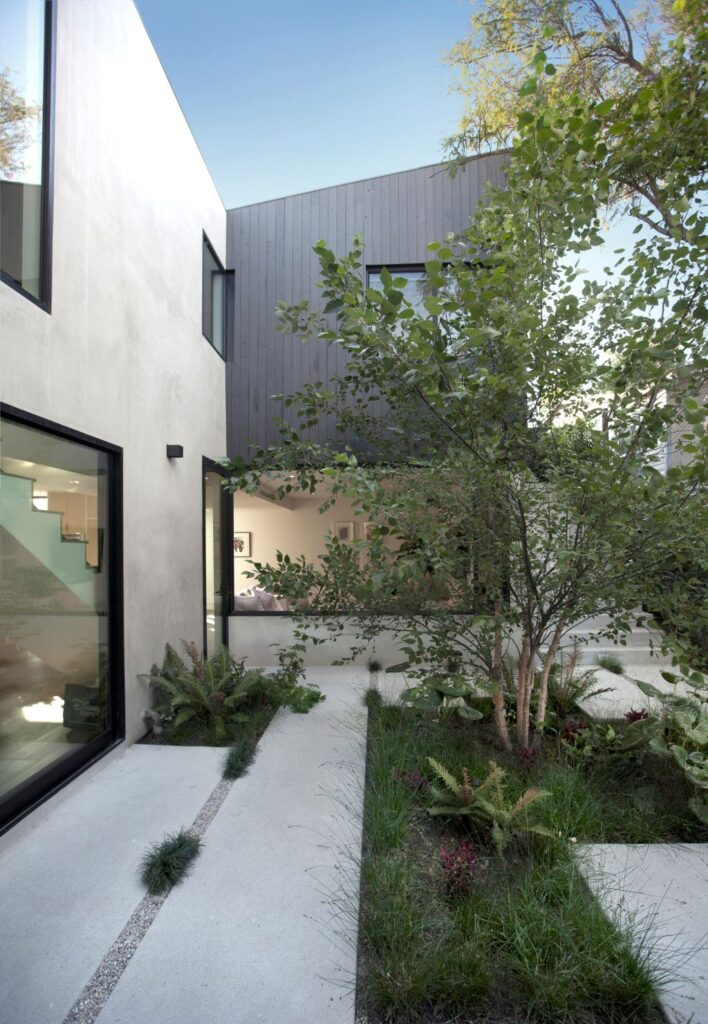 Garden House in Los Angeles was designed by Aaron Neubert Architects in Modern style with balances the privacy of the family with their desire to fully integrate nature within the life of their home. This home located on beautiful lot with amazing views and wonderful outdoor living spaces including patio, pool, garden.