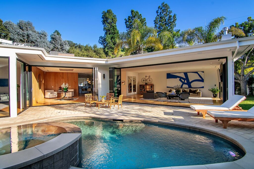 Breathtaking Work of Art with Contemporary Architectural style in California