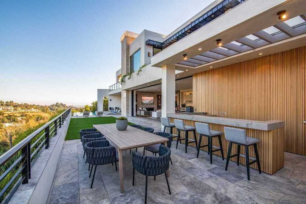 The Los Angeles Home is one of the most spectacular properties in Brentwood offers extraordinary unobstructed views now available for sale. This home located at 2447 Arbutus Dr, Los Angeles, California; offering 6 bedrooms and 12 bathrooms with over 7,700 square feet of living spaces.