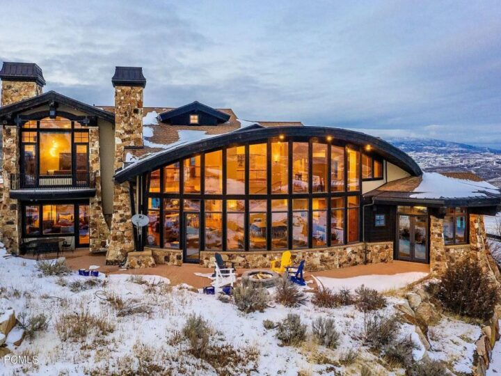The Utah Home is a fabulous property overlooking Park City enjoys giant panoramic ski run views now available for sale. This home located at 370 Mountain Top Rd, Park City, Utah; offering 4 bedrooms and 5 bathrooms with over 7,000 square feet of living spaces.