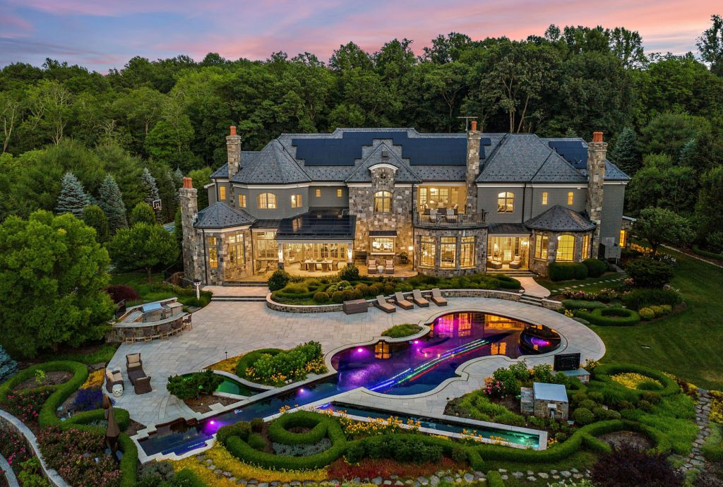 This $8,500,000 New York Home has An Unique Violin-Shaped Pool