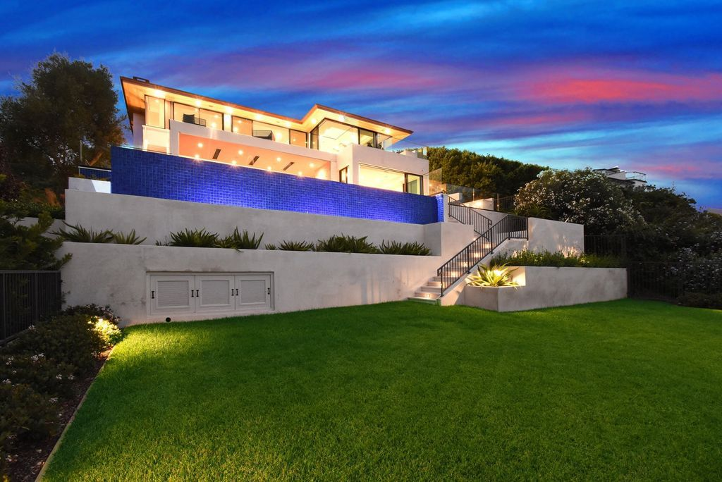 The California Contemporary Home is a newly built residence in Palos Verdes has a beautiful heated infinity pool, spa, and lovely grass area now available for sale. This home located at 941 Via Nogales, Palos Verdes, California; offering 5 bedrooms and 8 bathrooms with over 7,400 square feet of living spaces.