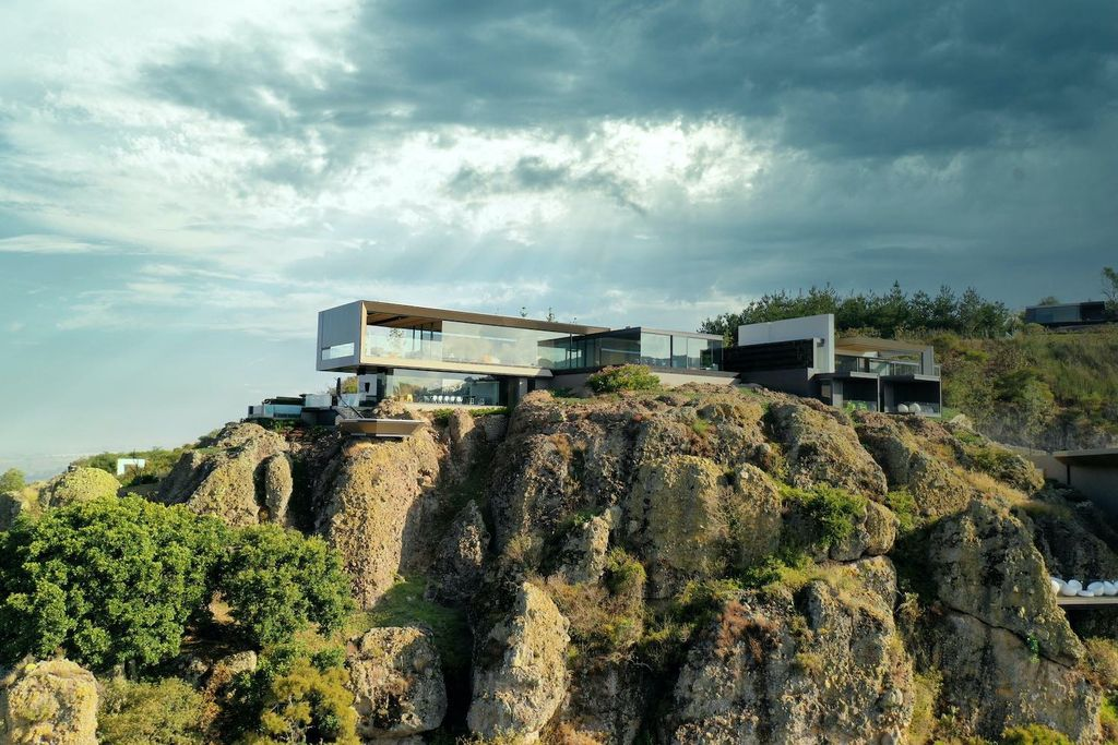 La Roca Home in Mexico was designed by RRZ Arquitectos in Modern style  offers a luxurious living of 1,500 square meter on a rocky hill with great views from every corner. This home located on wonderfully unique 7,500 square meter lot with amazing 360 degree views and incredible outdoor living spaces including patio, pool, garden.