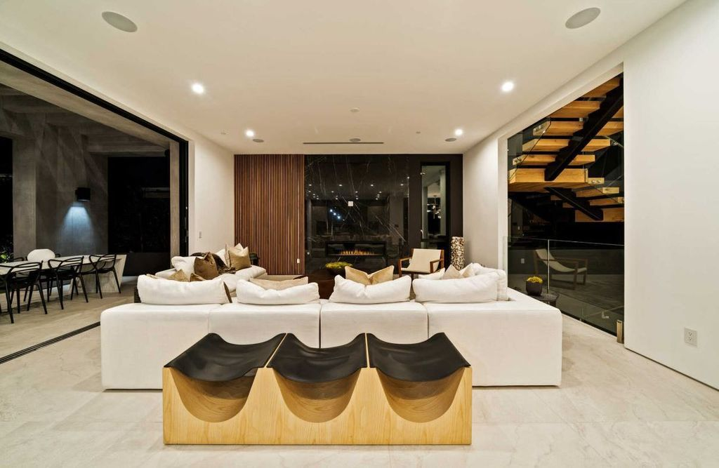 Exquisitely Crafted Residence with dramatic modern detail in Los Angeles