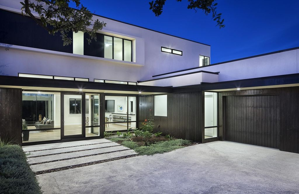 Lakeway House in Austin was designed by Clark Richardson Architects in Modern style with 3 bedrooms and 4 bathrooms on a gently sloping site; The long open floor plan, tall ceilings with ample glazing, and the courtyard parti all work in harmony with passive solar principles and prevailing breezes to allow for an efficient green design