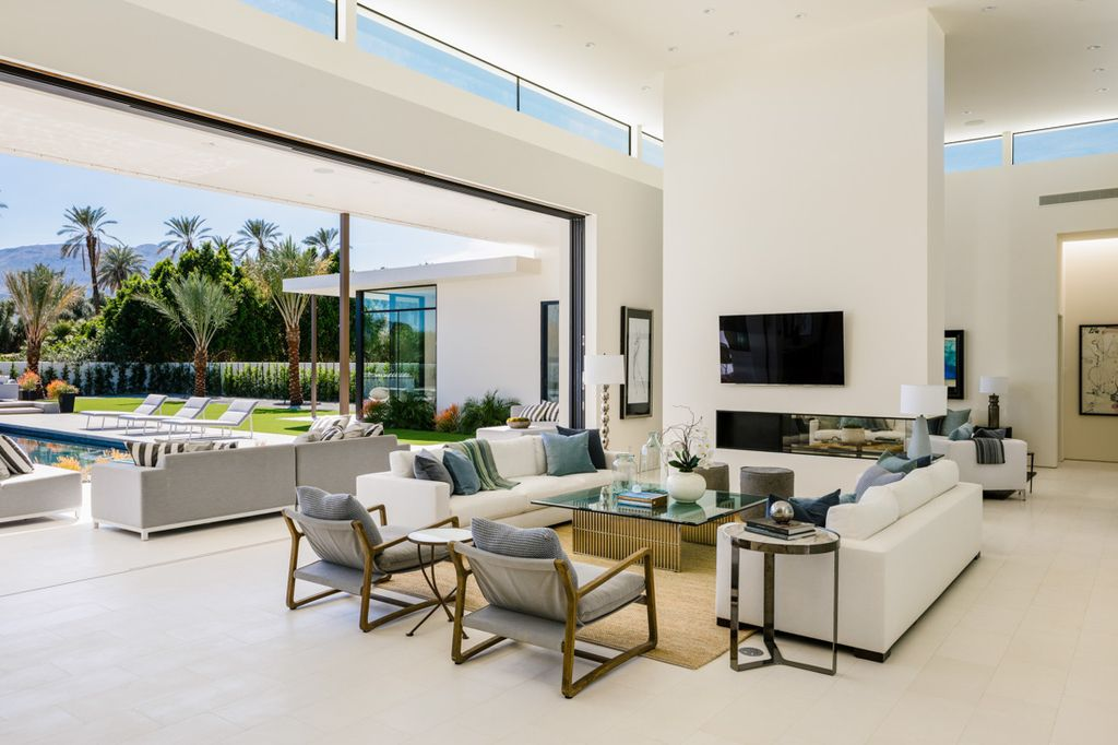 Interior design of Makena Home in Rancho Mirage, California was made by Meridith Baer Home in Modern style. This design creates functionally spacious indoor living from good finish materials, with impressive decorations and smart amenities
