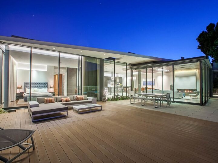 Friendly Architectural House in California with a Sun Power Solar System