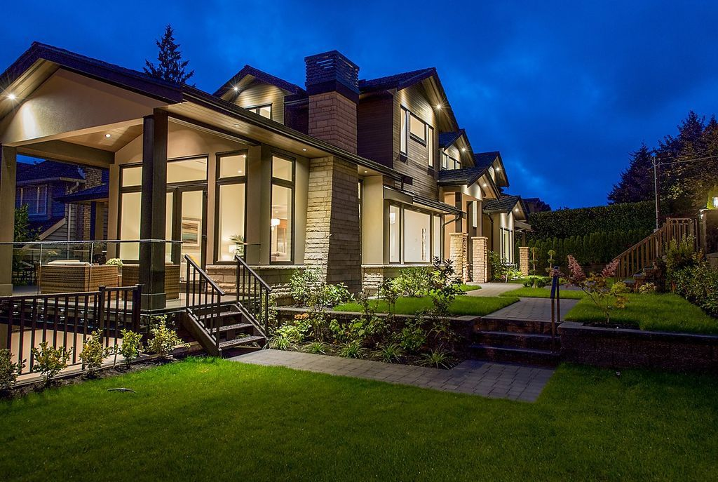This Beautiful Contemporary Home in West Vancouver, Canada was constructed by prestigious Marble Construction. The house is located in the charming Lower Dundarave, one of the most luxury place on the West Vancouver