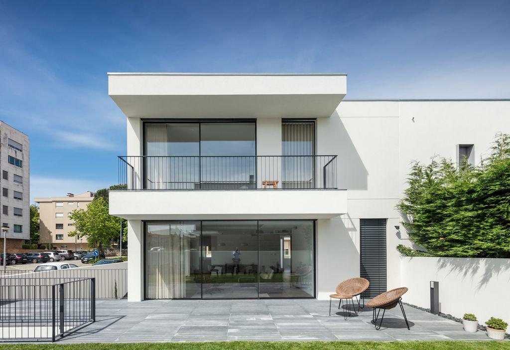 Elegant Maia House in Maia, Portugal by Raulino Silva Arquitecto