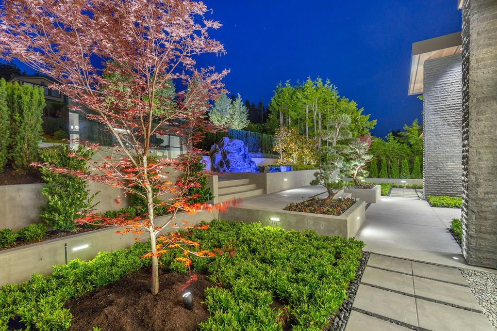 This Incredible View House in West Vancouver, Canada was executed by prestigious Marble Construction. It situated in the heart of Dundarave Village, Vancouver commanding 360 degree views of the ocean, mountains and city skyline