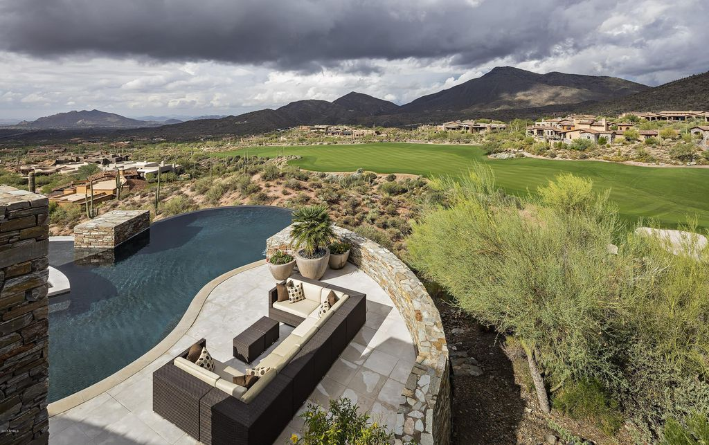 This Stunning Desert Mountain Home in Arizona is world-class art piece created by a perfect combination between prestigious Platinum Homes and talent architect Bing Hu