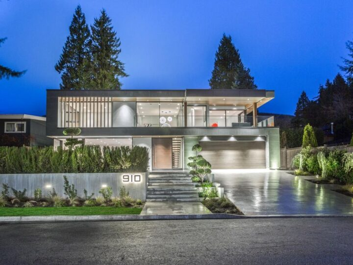 This C$4,588,000 Extraordinary Modern Home in North Vancouver by Award Winning Builder