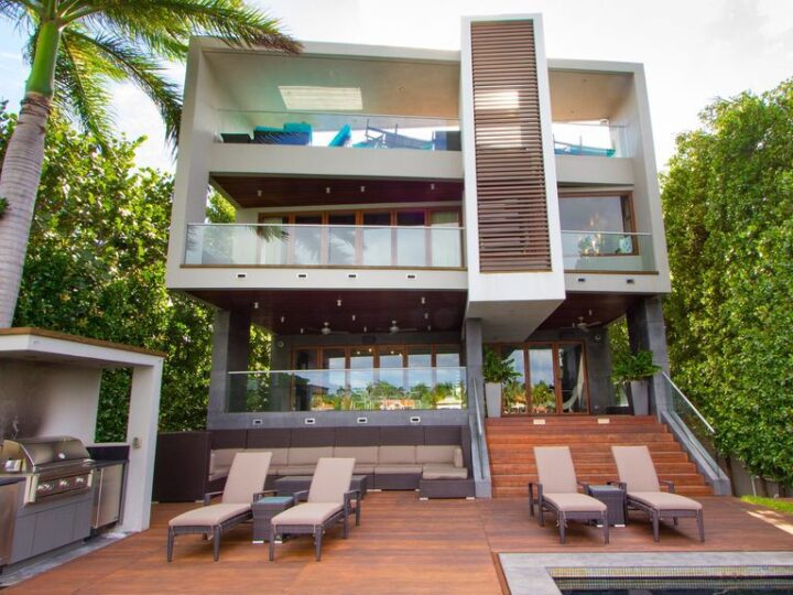 Tropical Modern Home in Florida with 1.500 Square feet of rooftop deck