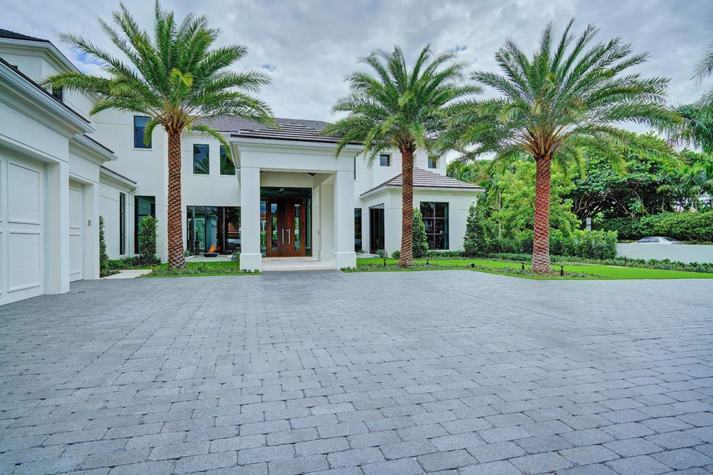 This Waterfront Dreamscape Villa in Boca Raton, Florida, was executed by prestigious SRD Building Corp. This house located in the most luxurious and exclusive of all communities, Royal Palm Yacht & Country Club
