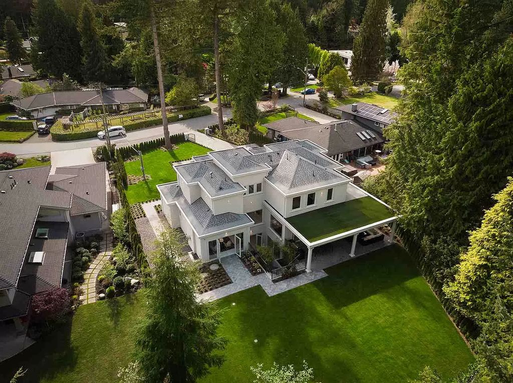 The Charming Contemporary House in West Vancouver is a combination between European architecture and modern design now available for sale. This home located at 372 Saint James Cres, West Vancouver, BC V7S 1J9 Canada