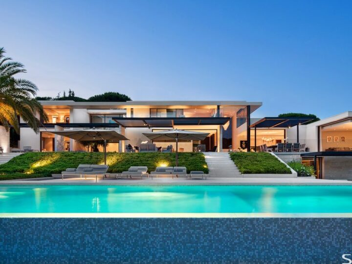 St Tropez House creates an Extraordinary Indoor-outdoor Living by SAOTA