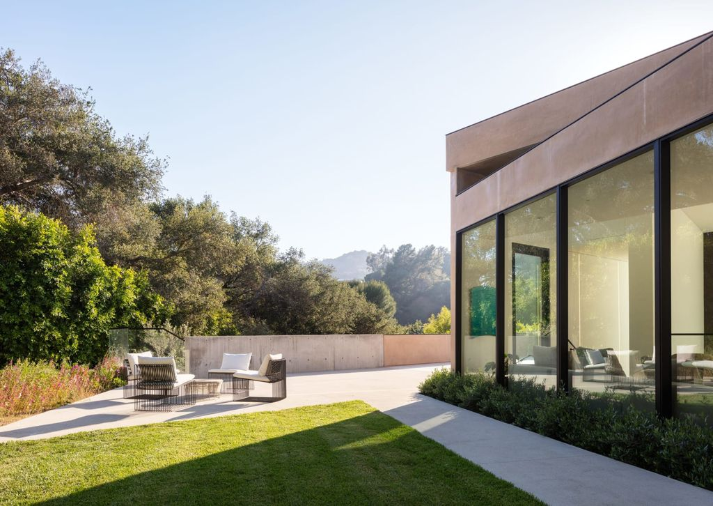 The Home in Beverly Hills is contemporary estate offers the opportunity to live within a work of art while holding a coveted Beverly Hills address now available for sale. This home located at 2600 Hutton Dr, Beverly Hills, California
