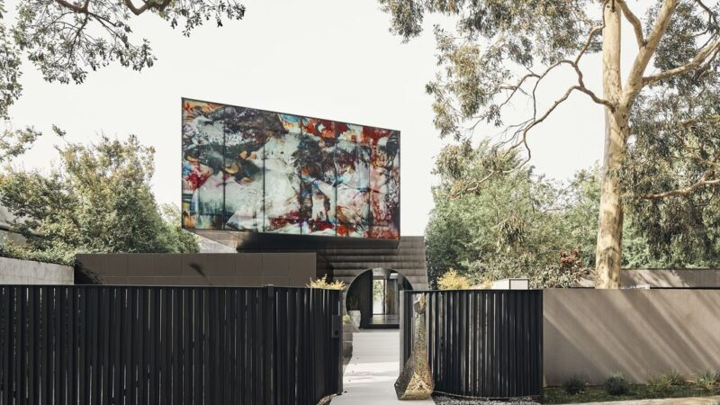 JARtB House with a Translucent Glass Mural by Kavellaris Urban Design